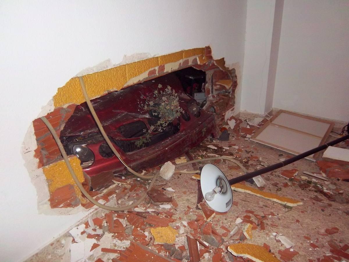 Un coche se empotra contra una casa de Pueblonuevo del Guadiana