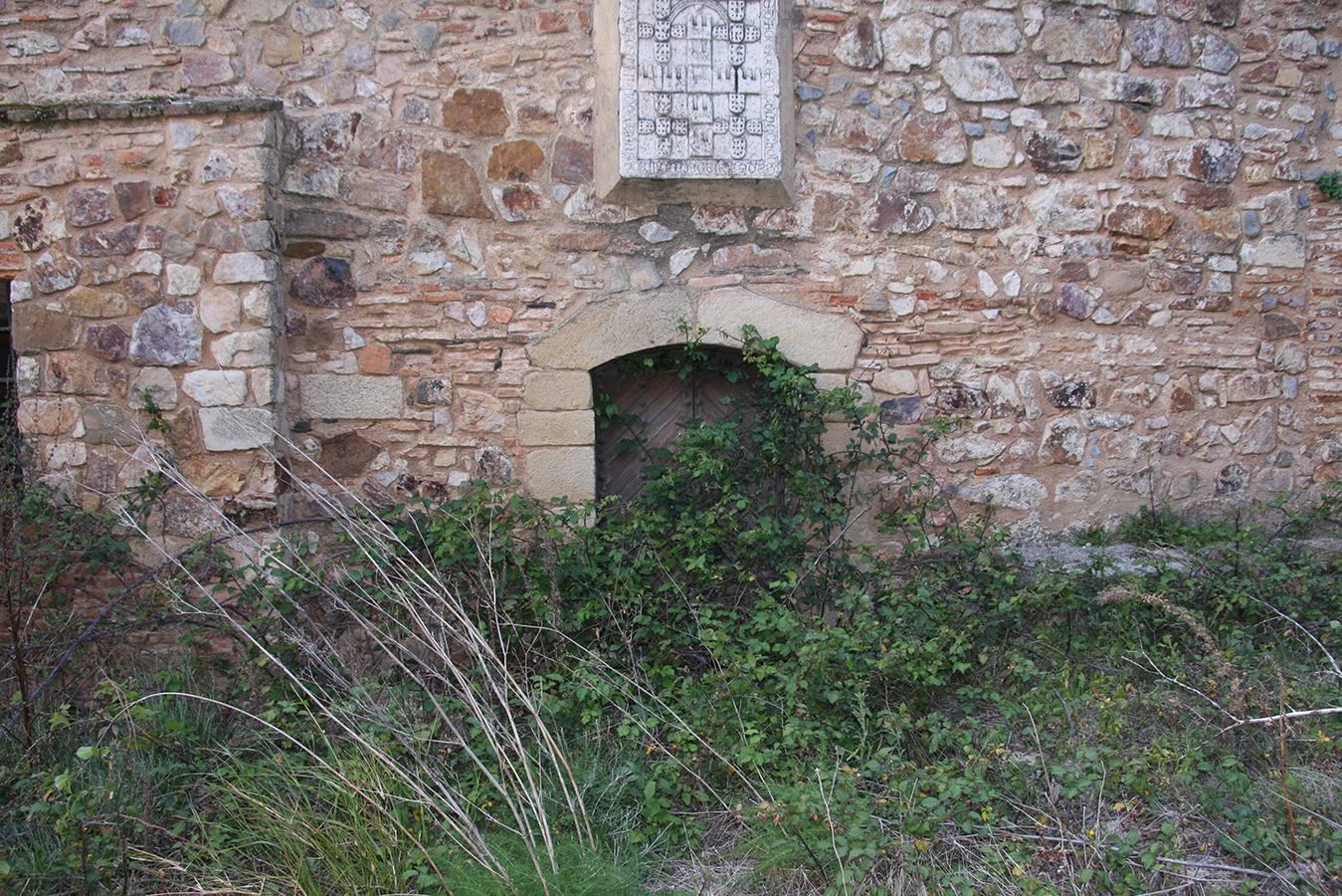 Interior del castillo de Alburquerque lleno de malezas y otros desperfectos