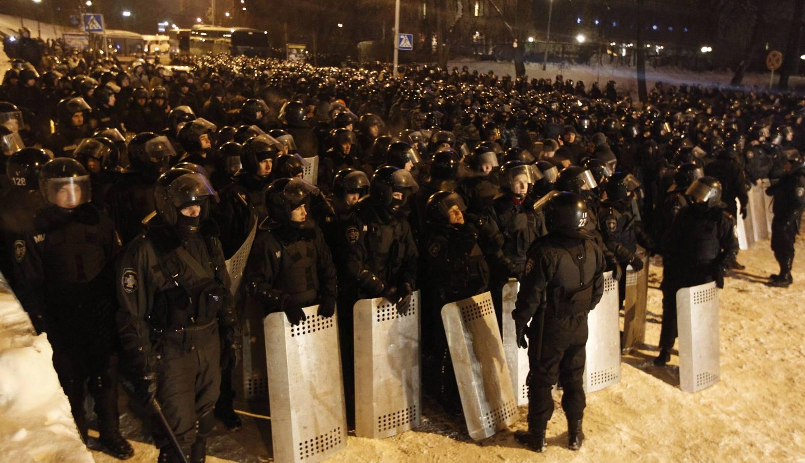 La policía logra entrar por la fueza en la plaza de los 'indignados' de Kiev