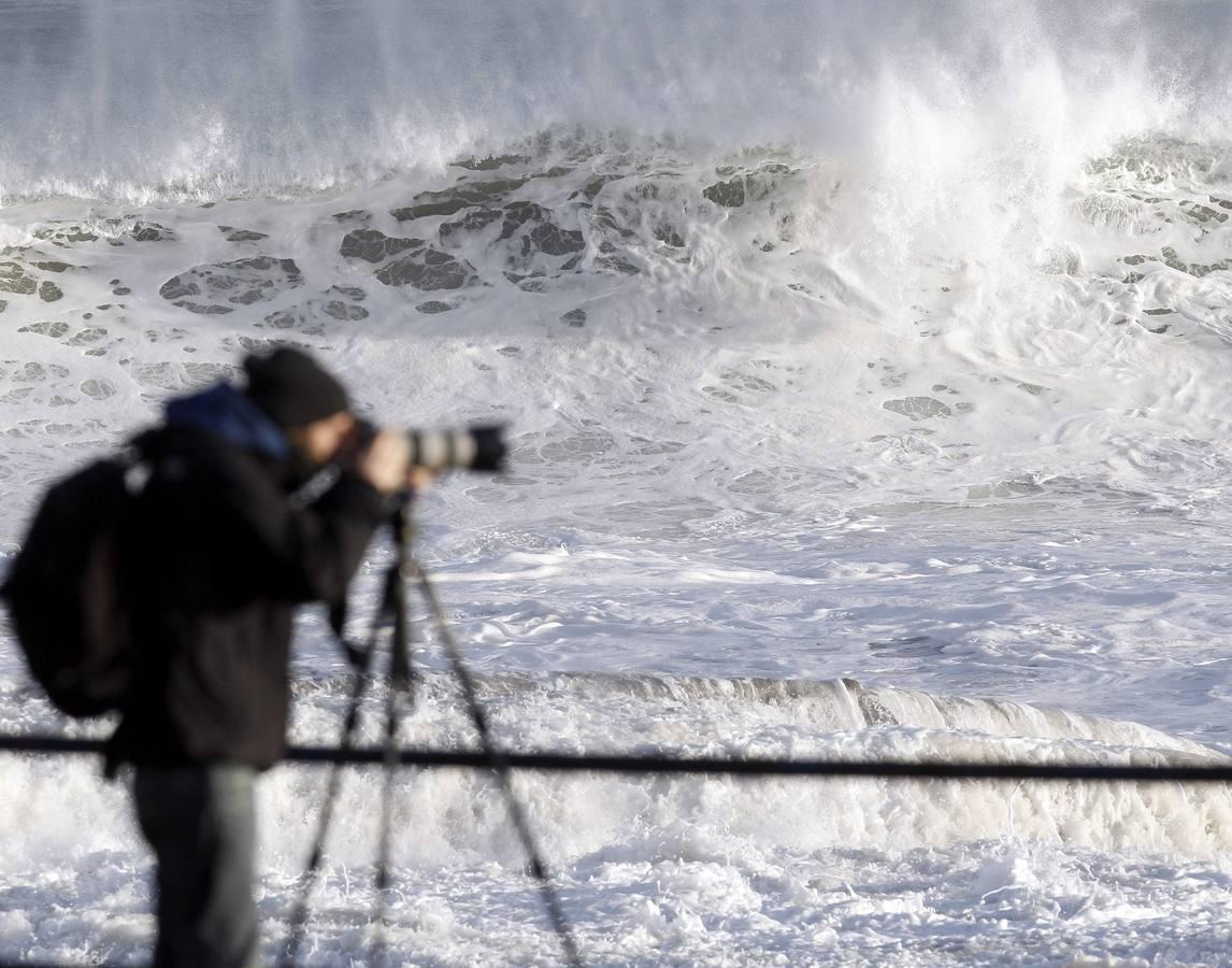 El fuerte oleaje inunda el norte de España