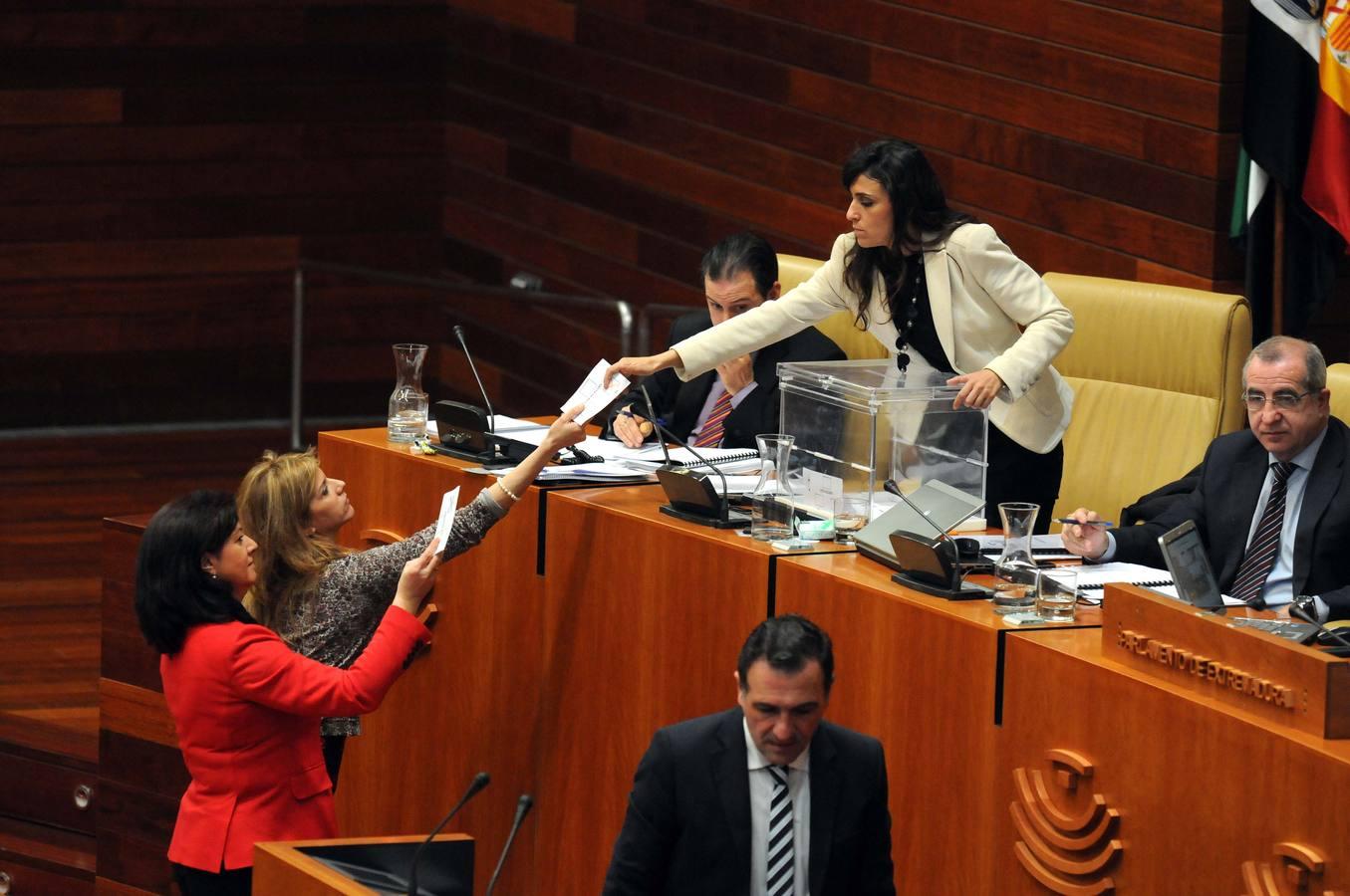 La Asamblea de Extremadura pide parar la reforma del aborto a petición del PP y retirarla a instancias del PSOE